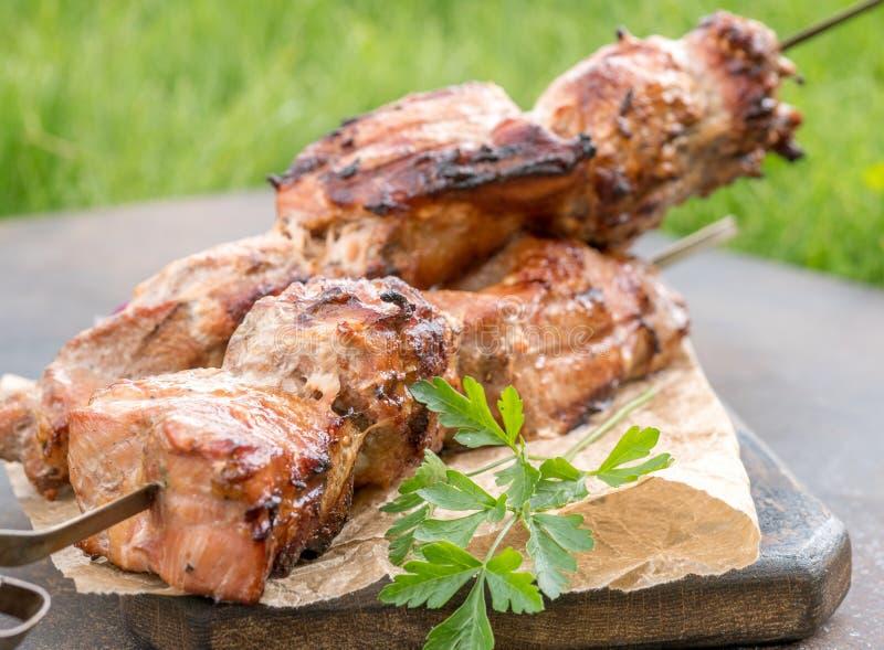 Kebab arrostito o shashlik sul primo piano degli spiedi fotografie stock