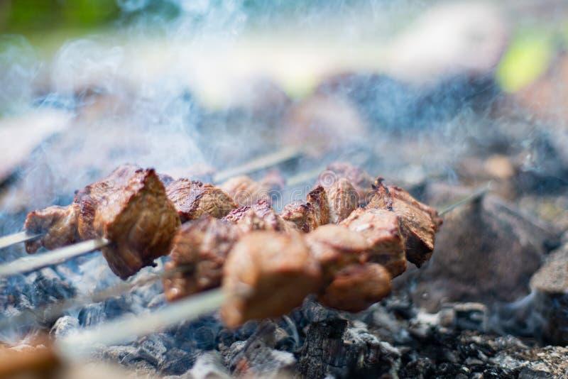 Kebab asado a la parrilla en el pincho Carne de la carne de vaca asada cocinada en la barbacoa Shashlik del este tradicional del  imagen de archivo