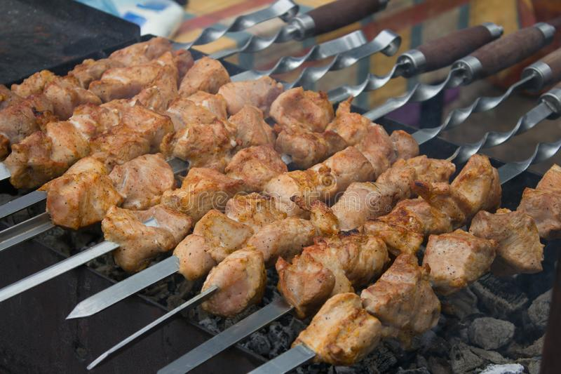Kebab asado a la parrilla sobre el carbón de leña fotos de archivo