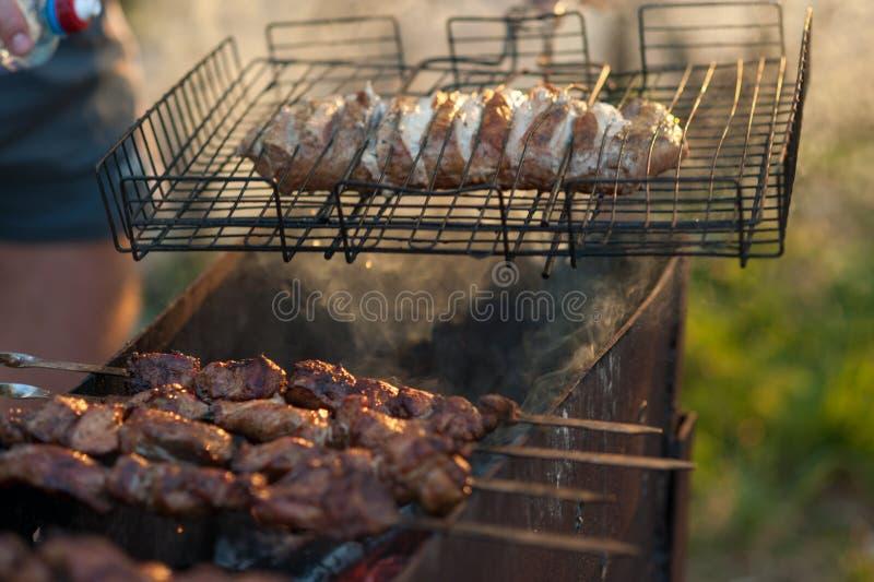 Kebab auf dem Grill Mariniertes shashlik, das auf einen Grillgrill über Holzkohle sich vorbereitet lizenzfreie stockbilder