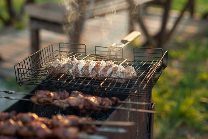 Kebab auf dem Grill Mariniertes shashlik, das auf einen Grillgrill über Holzkohle sich vorbereitet stockfotos