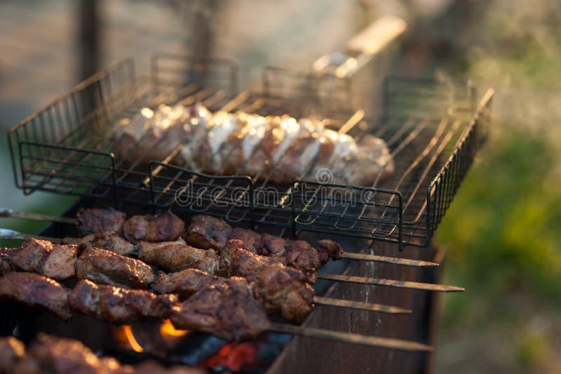 Kebab auf dem Grill Mariniertes shashlik, das auf einen Grillgrill über Holzkohle sich vorbereitet lizenzfreie stockfotografie