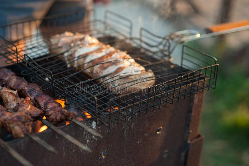 Kebab auf dem Grill Mariniertes shashlik, das auf einen Grillgrill über Holzkohle sich vorbereitet stockfoto