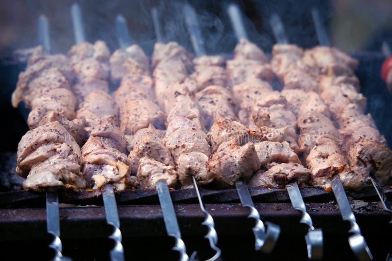 Kebab auf einem Messingarbeiter lizenzfreie stockfotografie