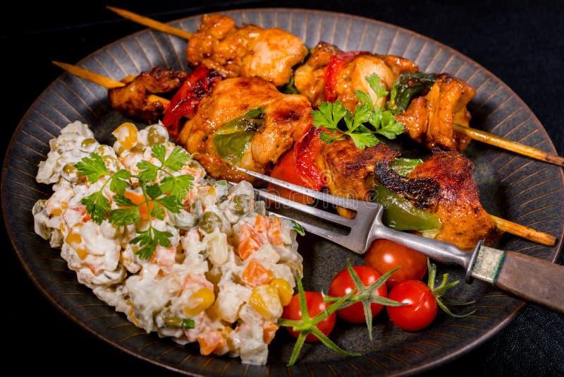 Kebab - carne arrostita ed insalata delle verdure fotografia stock libera da diritti