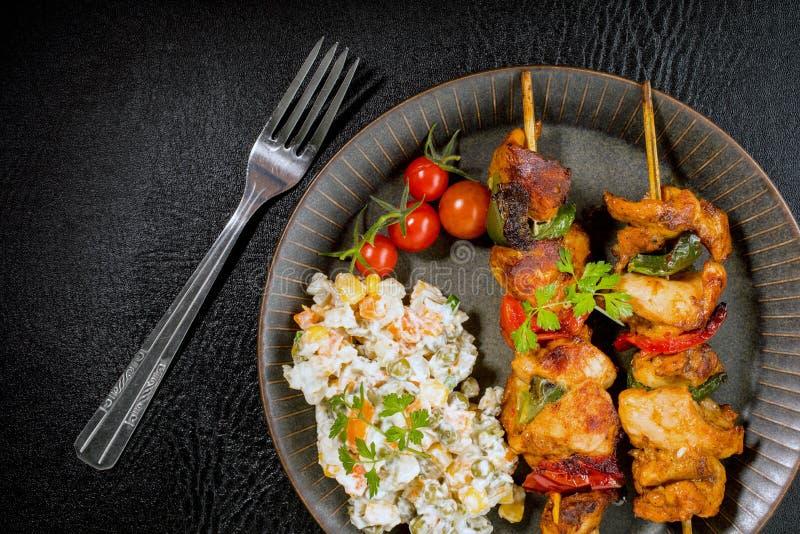 Kebab - carne arrostita ed insalata delle verdure fotografie stock libere da diritti