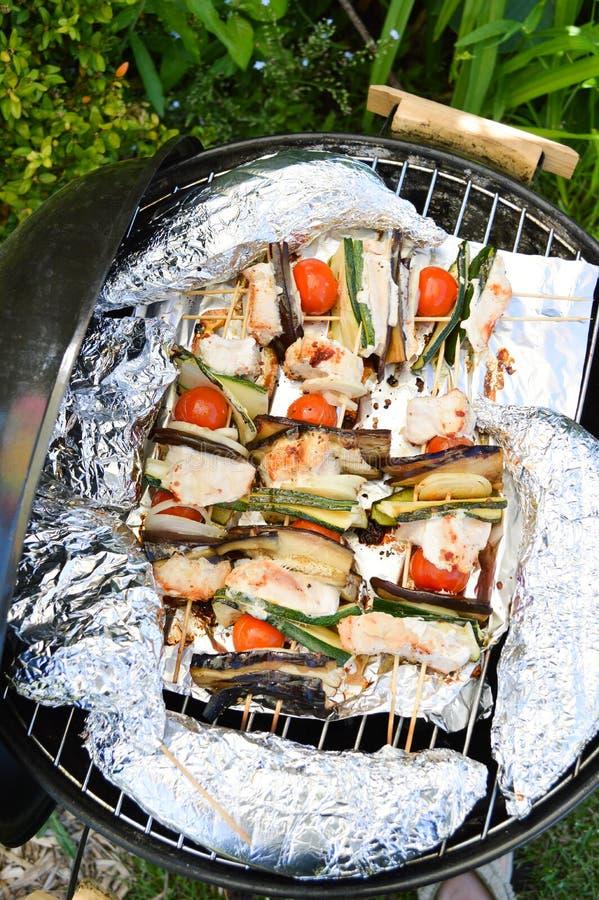 Kebab casalinghi del pollo con i peperoni e le cipolle fotografia stock libera da diritti