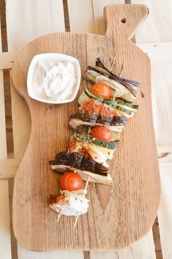 Kebab casalinghi del pollo con i peperoni e le cipolle immagini stock libere da diritti