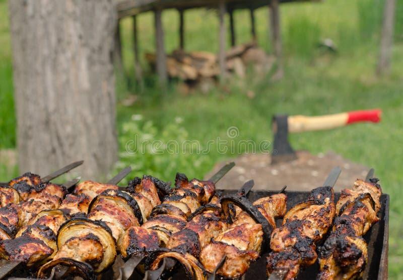 Kebab che friggono sopra un fuoco caldo del BBQ immagine stock
