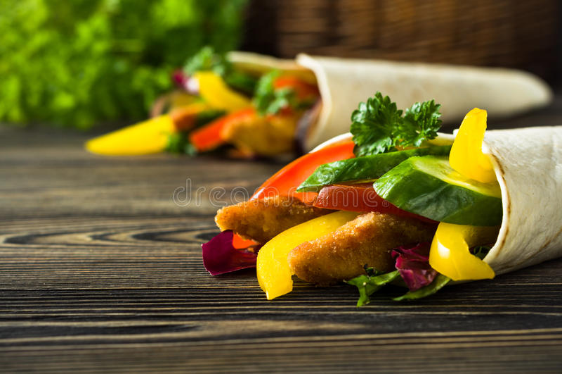 Kebab con las verduras y el pollo foto de archivo