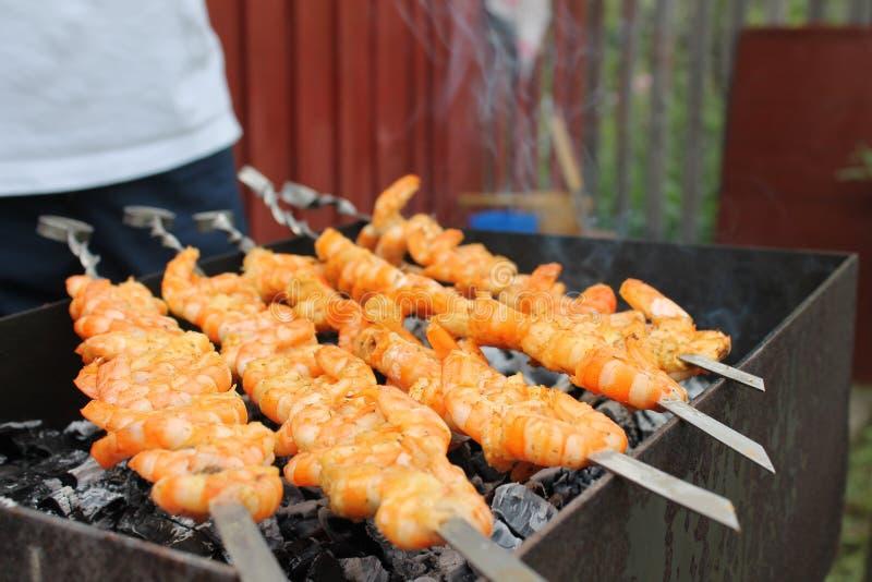 Kebab dai gamberetti di estate sulla griglia fotografia stock libera da diritti
