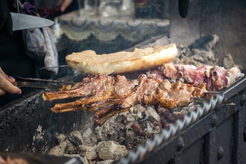 Kebab dall'agnello e dalla carne arrostiti immagine stock