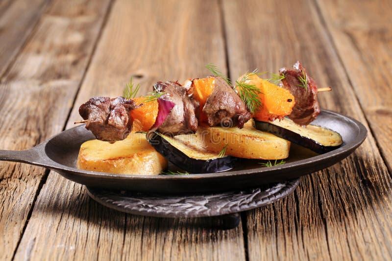 Kebab de boeuf ou de venaison avec des oranges images libres de droits