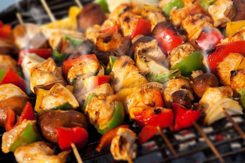 Kebab de cozimento na grelha dos skewers do BBQ fotografia de stock