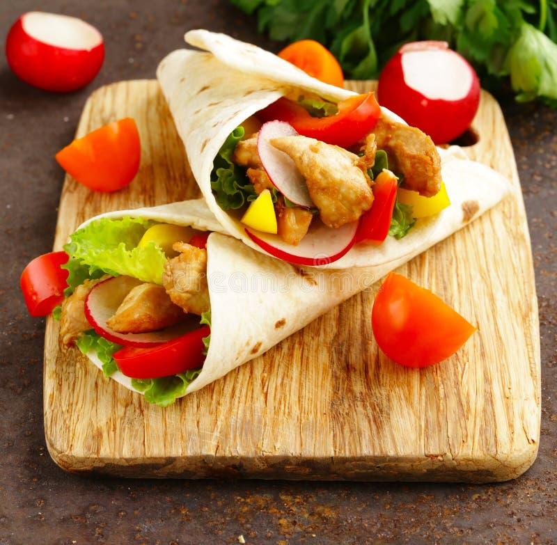 Kebab de Doner con el pollo y las verduras imagenes de archivo
