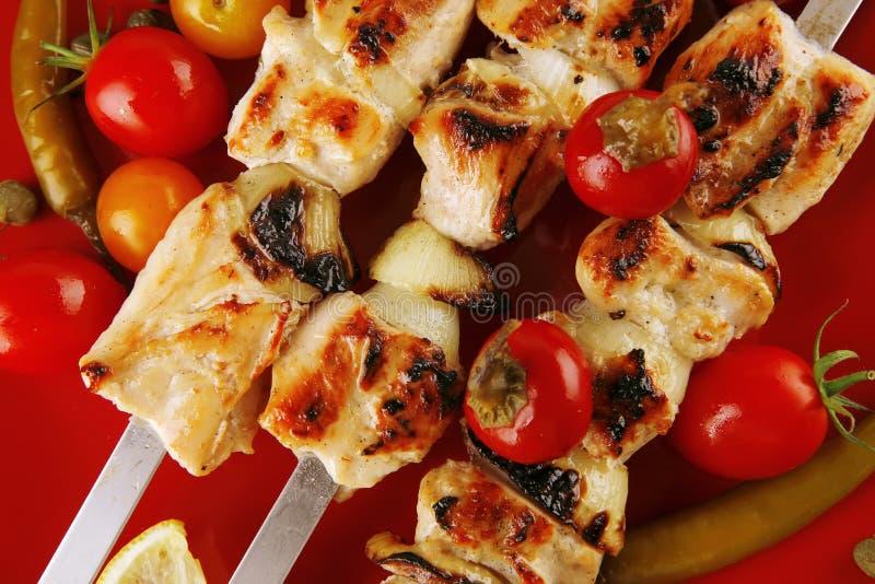 Kebab de shish de rôti sur le rouge image stock