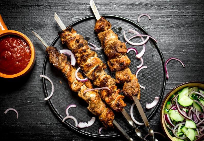Kebab del cerdo y de la ensalada imagen de archivo libre de regalías
