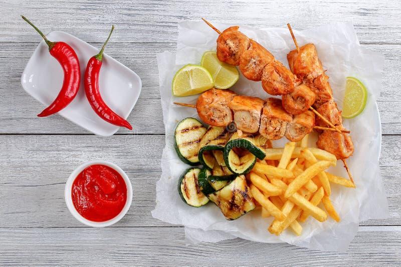 Kebab del pollo con el calabacín asado a la parrilla fotos de archivo libres de regalías