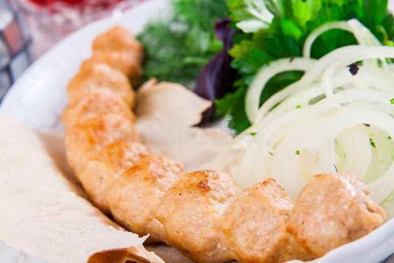 Kebab del pollo con la cipolla e le erbe immagine stock