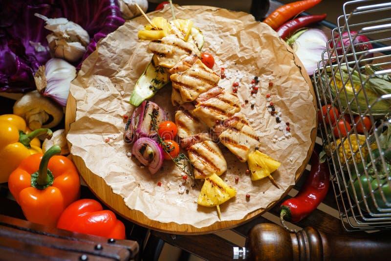 Kebab del pollo con las verduras imagenes de archivo