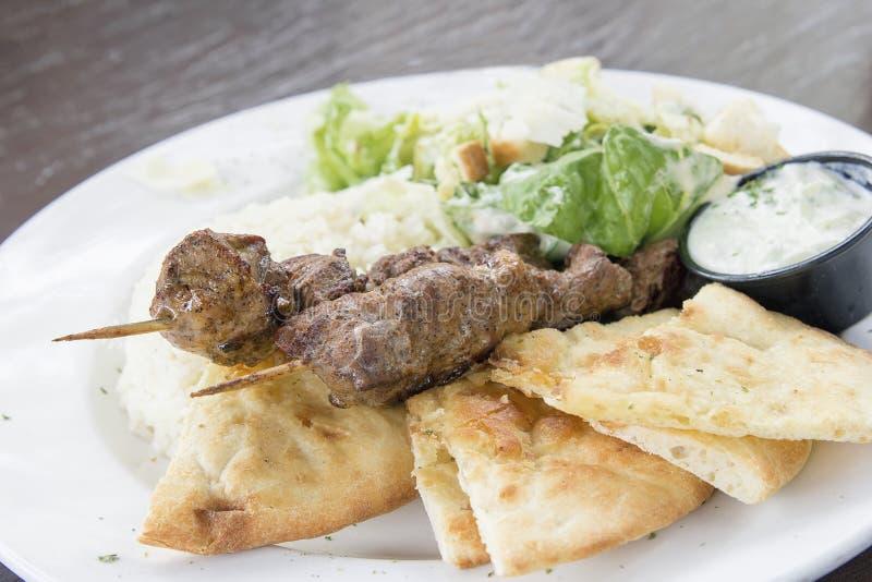 Kebab dell'agnello con riso Naan ed il primo piano dell'insalata immagini stock libere da diritti