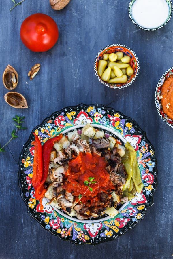 Kebab di Iskender - alimento turco in piatti tradizionali, vista superiore fotografie stock libere da diritti