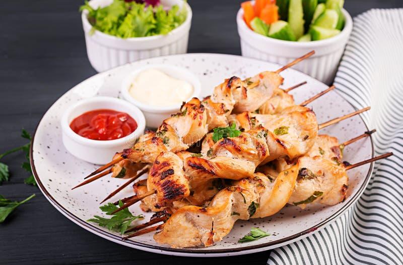 Kebab do shish da galinha Shashlik - a carne e frescos grelhados vegetablesChicken o no espeto Shashlik - carne grelhada imagens de stock