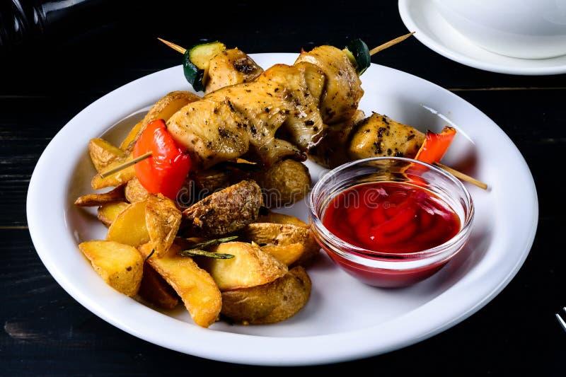 Kebab e salsa su una tavola nera in un ristorante del caffè immagini stock
