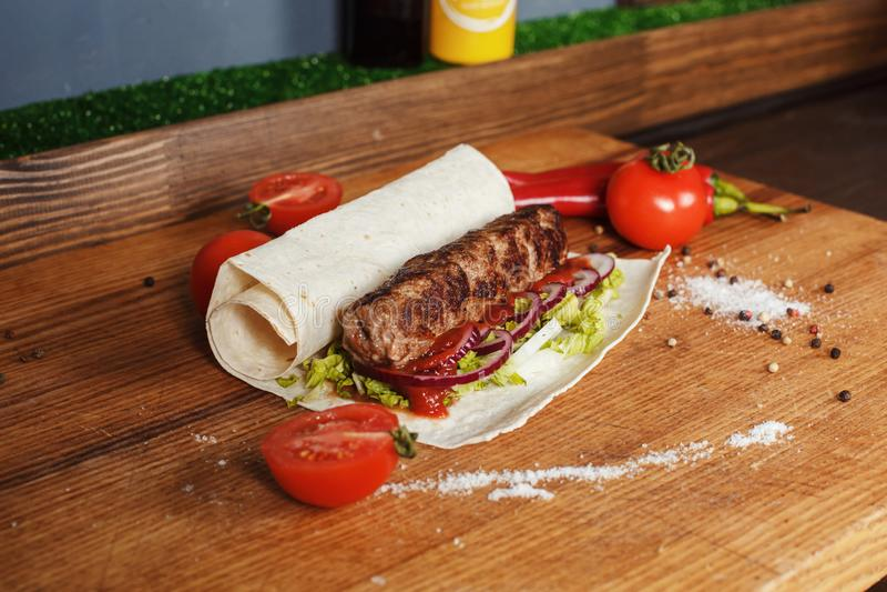 Kebab en pan Pita foto de archivo