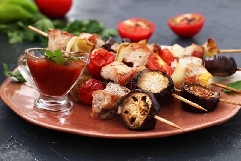 Kebab från kalkon med grönsaker: zucchini, aubergine, lök, tomat och peppar arkivbild
