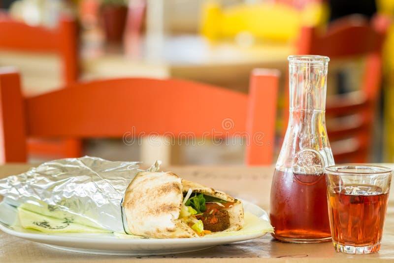 Kebab im Pittabrot und im Gemüse Grafin und zwei Gläser Wein In der Taverne in Griechenland lizenzfreie stockbilder