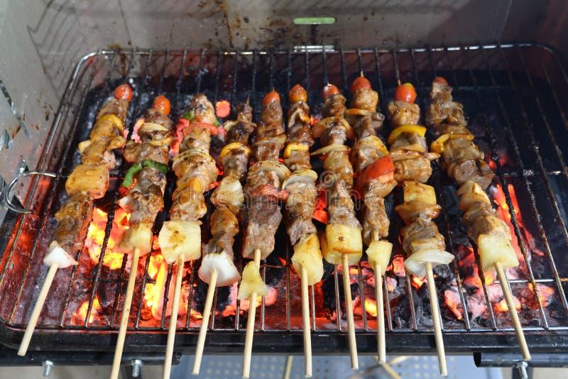 kebab infilzati con i peperoni e friggere del pomodoro fotografia stock