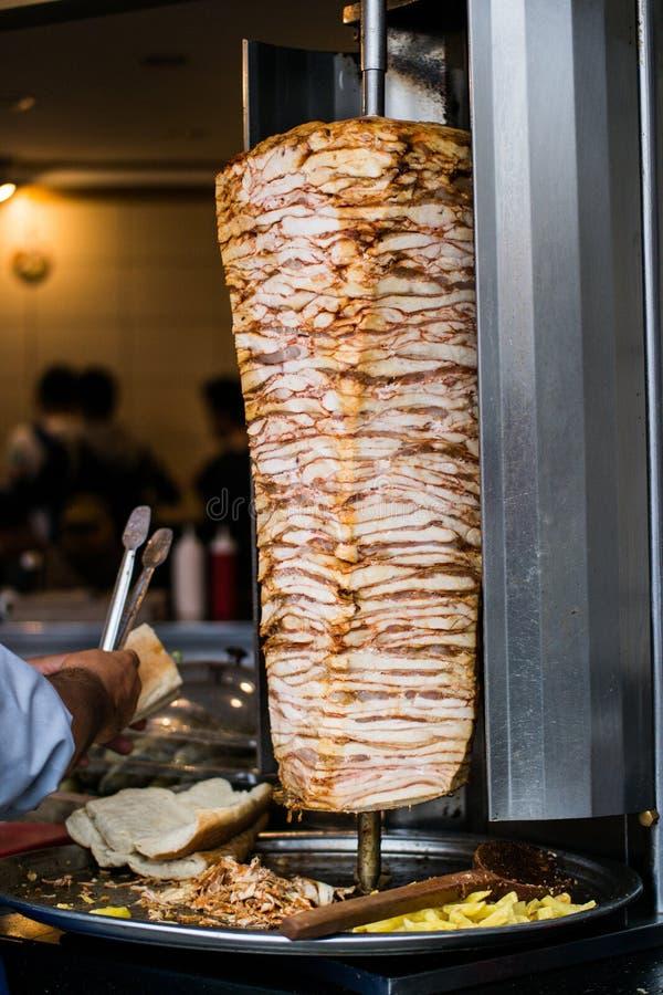 Kebab infilzato turco del doner del pollo degli alimenti a rapida preparazione fotografia stock libera da diritti