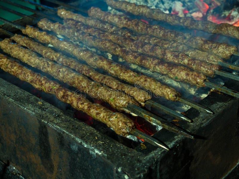 Kebab, kebap na metalu skewer grillu lub embers w kebab restauracji Skewering bbq Kebab Selekcyjna ostrość zdjęcia royalty free
