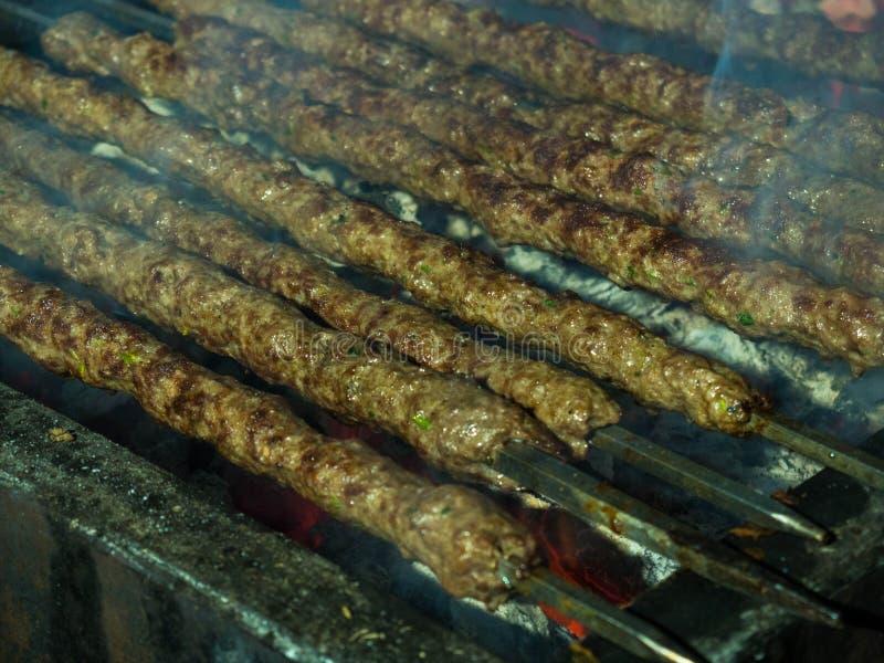 Kebab, kebap na metalu skewer grillu lub embers w kebab restauracji Skewering bbq Kebab Selekcyjna ostrość fotografia royalty free