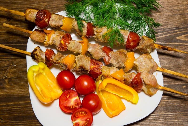 Kebab mit Gemüse Fleisch mit Tomaten und Pfeffern auf Bambusaufsteckspindeln lizenzfreie stockfotos