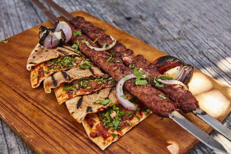 Kebab mit Pittabrot lizenzfreie stockbilder