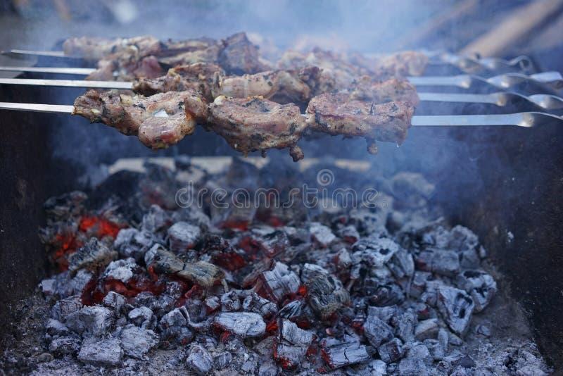 Kebab op steenkolen stock foto
