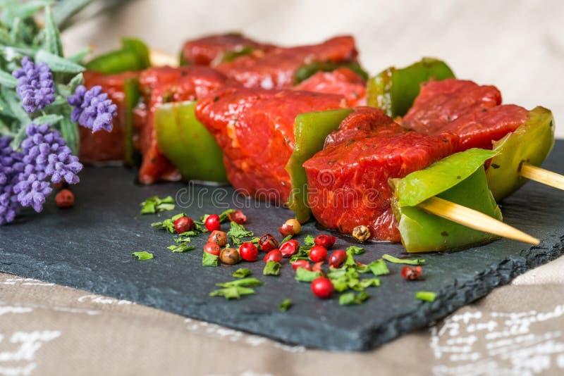 Kebab saporiti della bistecca di manzo con le verdure fotografie stock