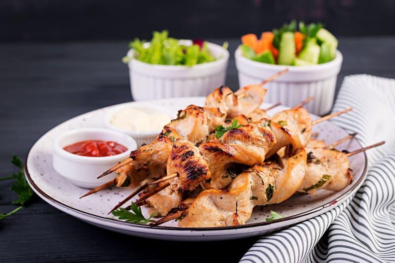 ?kebab shish Shashlik -烤肉和新鲜vegetablesChicken烤肉串 Shashlik -?? 免版税库存照片