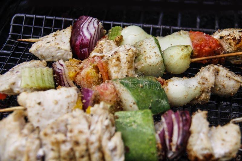 Kebab sulla griglia - primo piano del pollo fotografia stock libera da diritti