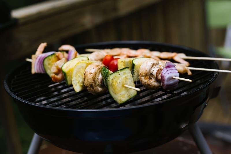 Kebab variopinti sulla griglia immagini stock libere da diritti
