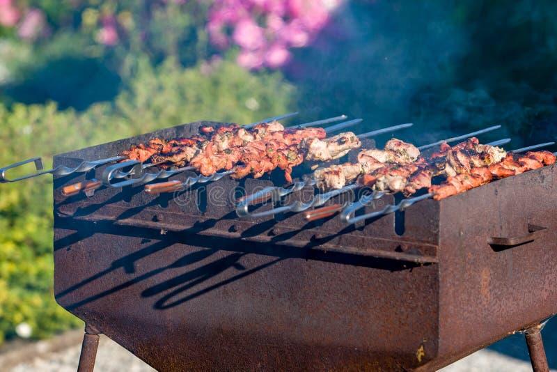 Kebab wird auf einem Messingarbeiter gebraten Es gibt Rauch stockbilder