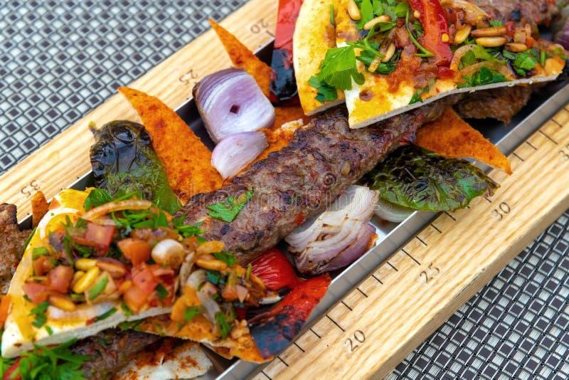 Kebab z warzywami i pita chlebem - tradycyjny Turecki naczynie fotografia royalty free