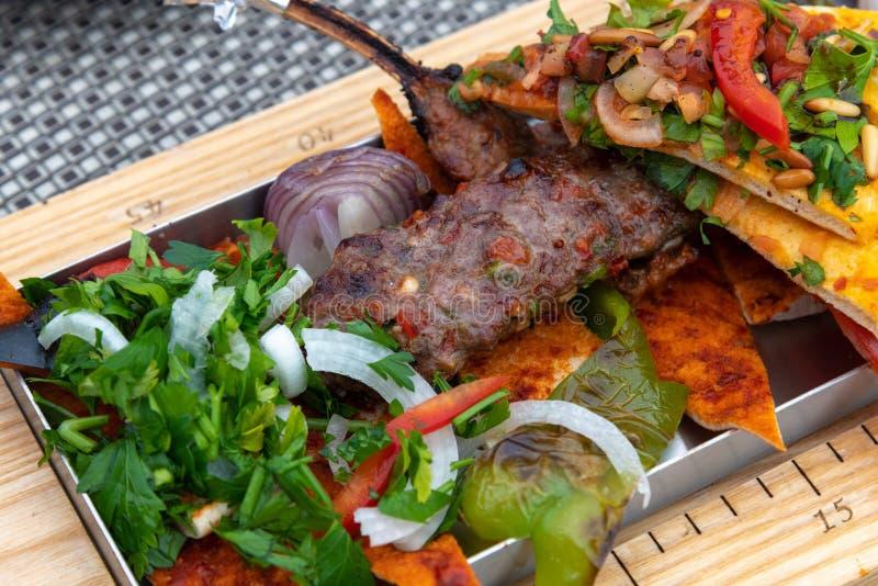 Kebab z warzywami i pita chlebem - tradycyjny Turecki naczynie obrazy royalty free