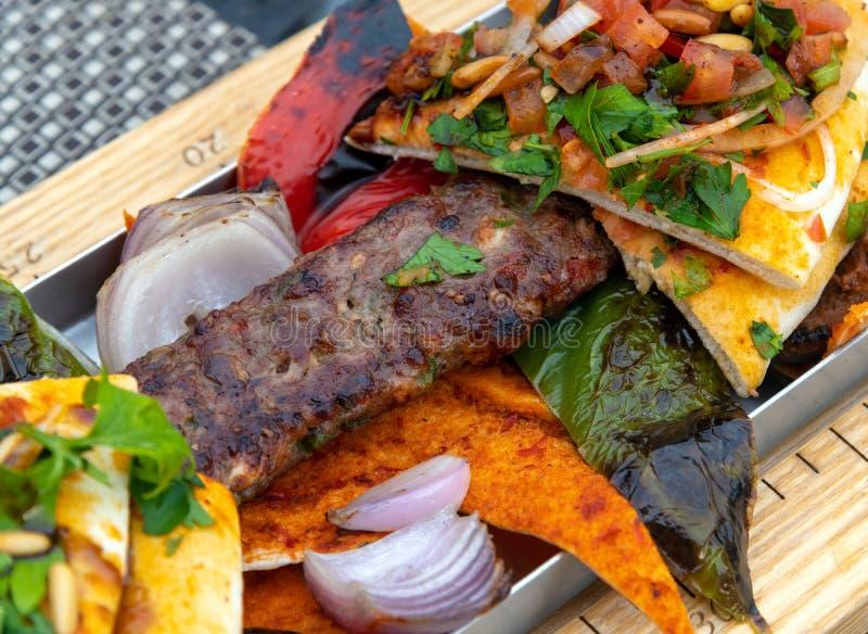 Kebab z warzywami i pita chlebem - Turecki naczynie obraz stock