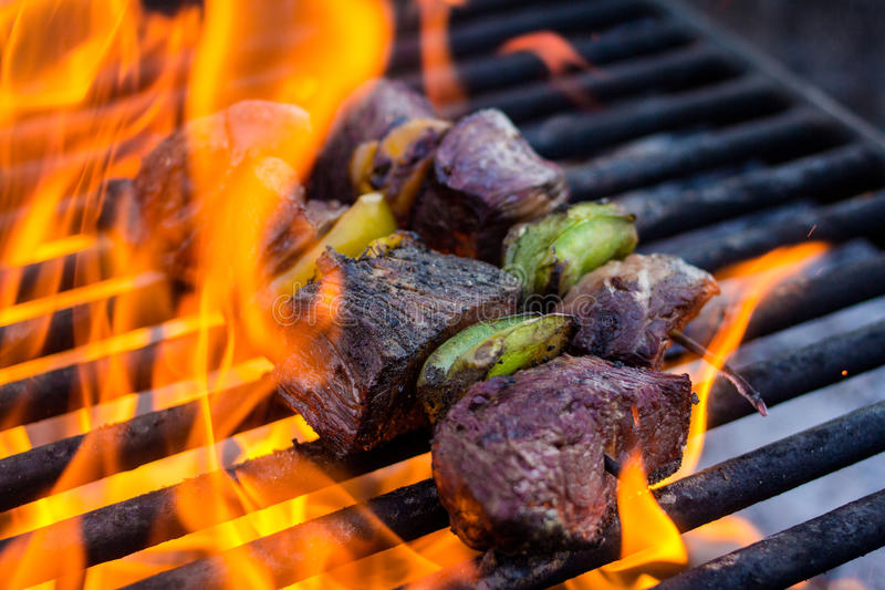 Kebaber på galler med flammor arkivbild