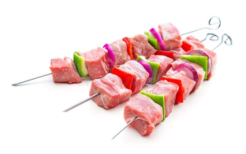 Kebaber - r?tt k?tt och gr?nsaker p? stekn?lar, ordnar till f?r att grilla arkivfoton