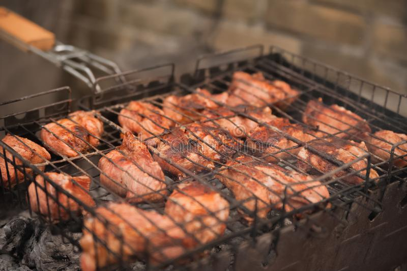 Kebabgriskött på gallret med röknärbild Stora bitar av grillfestkött på branden Trädgården begrepp av vilar, kött, sommar, kopia  royaltyfria bilder