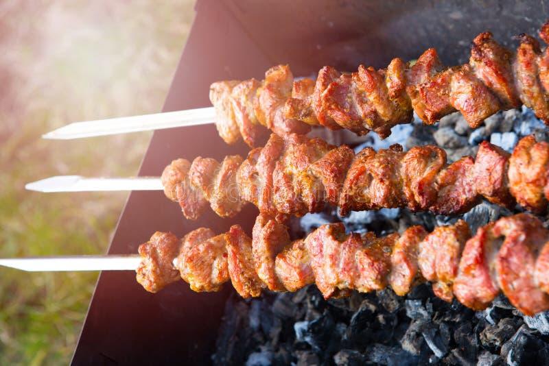 Kebabs在金属串烤了 库存图片